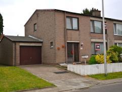 Instapklare woning met tuin en garage op een perceel van 5a11ca.  Gelegen in een rustige woonwijk vlakbij belangrijke invalswegen.   AANKOOP ONDER