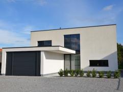 Moderne villa gelegen op een zuid-oostelijk georiënteerd perceel van 10a83ca. Bewoonbare oppervlakte van 300m2!  Hoogstaande, kwalitatieve afwe