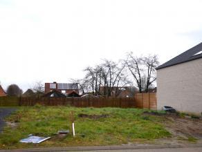 Bouwgrond van 3a02ca geschikt voor het bouwen van een woning met garage en carport. Incl. goedgekeurde plannen.   Het perceel is gelegen in de verka