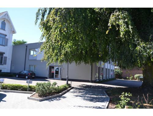 Kantoorgebouw te huur in Hasselt, € 2.975
