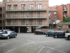 Bovengrondse staanplaats voor een auto/bestelwagen/... De in-/uitrit bevindt zich ter hoogte van de Luikersteenweg 20. Het betreft een gereserveerde p
