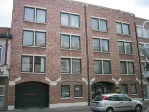 Het  autostandplaats op de binnenkoer van een appartementsgebouw gelegen aan de Maastrichtersteenweg 11. Het gebouw ligt vlak aan de kleine ring en is