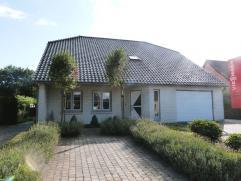 Residentiëel gelegen landhuis met garage/magazijn op 1400 m². Gelijkvloers : hal - bureel - living met zitkuil - open leefkeuken met eetplaa