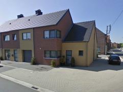 Recente woning met tuintje.  Gelijkvloers : hal - WC - living met schuifdeur naar terras - geïnstalleerde keuken - berging - garage.  Verdieping