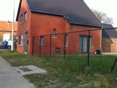 Recent volledig vernieuwde woning op 719 m².  Gelijkvloers : hal - living - geïnstalleerde keuken - badkamer - berging.  Verdieping : overlo