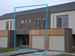Energiezuinige nieuwbouwwoning (GB).  Gelijkvloers : inkomhal met toilet - leefruimte met open keuken en schuifdeur naar terras - berging - garage.  V