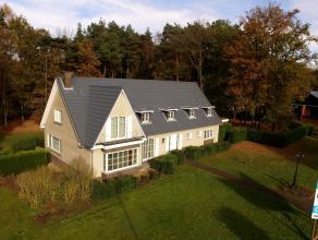 Vernieuwde klassieke villa op 79a. <br /> <br /> Gelijkvloers : hal - bureel - living - geïnstalleerde keuken - eethoek met salon - 2 slaapkamers