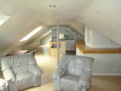Het betreft een knus dakappartement met één Slaapkamer (voorzien van een Tweepersoonsbed, een Kleerkast en een Comodekast met Spiegel),