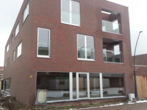 Dit perfect afgewerkt nieuwbouw appartement omvat 3 Slaapkamers (2 grote en 1 kleinere), een ruime Living met schuifdeur naar het overdekte Terras, ee