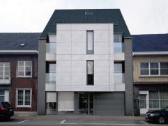 Dit stijlvol duplexappartement met een oppervlakte van 107,97m² beschikt over een inkomhal, woonkamer met open keuken, badkamer met ligbad en dou