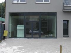 Winkelruimte van 90 m2 met bureelruimte (20 m2) en voorliggende parking. Gelegen aan een zeer drukke doorgaande weg N74 Hasselt-Beringen Volledig ni