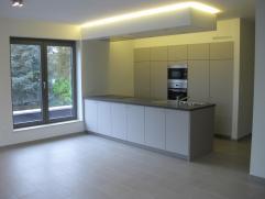 TE HUUR: nieuwbouwappartement met 2 slaapkamers en terras van 15 m2  Indeling: Inkomhal, toilet, 2 slaapkamers, badkamer, woonkamer met open keuken,