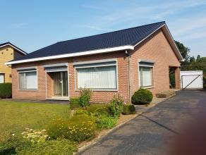 Mooie bungalow met ruime tuin<br /> <br /> Indeling:<br /> Inkomhal, woonkamer (30M2), keuken met ontbijthoek en koele berging, twee slaapkamers, badk