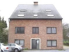 Dakappartement, centraal gelegen nabij Houthalen-centrum. Indeling: woonkamer met open keuken (kasten met dampkap en spoelbak), nachthal, berging met
