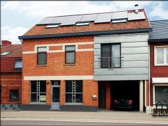 Modern gerenoveerd duplex-appartement nabij Houthalen-centrum. Gelegen op de 1e verdieping met private inkomhal en garage. Indeling: *1e verdieping: h