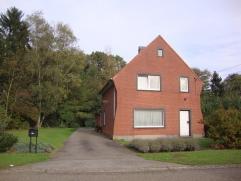 Toffe en recent ingerichte gezinswoning te Heusden nabij het centrum gelegen doch rustig. Indeling: *gelijkvloers, inkomhal, living L-vorm, ingerichte