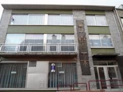Ruim appartement, gelegen nabij het centrum van Zolder. Indeling: inkomhal; apart toilet; woonkamer; keuken ingericht met kasten, damkap, elektrisch v