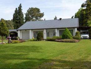 Goed onderhouden gelijkvloerse woning, gelegen op een perceel van 14a09ca! Indeling: inkomhal, woonkamer met open haard, grote leefkeuken met zicht op