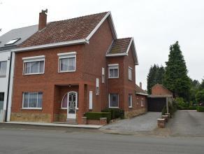 Half-vrijstaande gezinswoning met opknapwerk in het centrum van Beringen op 7a91ca. Gelijkvloers: inkom, woonkamer, aparte zitkamer, veranda, compacte