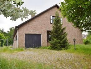 DOE EEN BOD OP DEZE zeer ruime woning (7 slaapkamers!) met grote tuin, op 21a48ca. Gebouwd in 1977 en als volgt ingedeeld: *GLVL: Inkomhal met toilet,