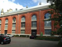 Moderne kantoorruimtes in gerenoveerd gebouw op de vroegere mijnsite van Zolder. Industriele omgeving met parkeergelegenheden. De ruimte (373m²)