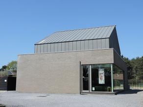 Deze moderne villa met handelsruimte is gelegen op de verbindingsbaan Beringen-Koersel. Een makkelijk bereikbare locatie en een ruime parking voorzien