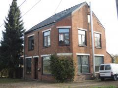 Woning, OB, gelegen op een grondoppervlakte van 6 a 66 ca. Indeling gelijkvloers: ruime inkomhal, living, keuken, grote veranda, wasplaats/berging, ba