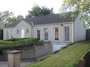 Woning, OB, gelegen op een grondoppervlakte van 11 a 74 ca. Indeling gelijkvloers: inkomhal, living, keuken, berging/wasplaats, 3 slaapkamers, 2 badka