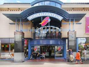 """Het pand is gelegen in het Shopping Center Promenade.Naburige retailers zijn """"Pearle"""", """"Hunkemöller"""", """"Hema"""", """"Casa"""", """"Vollebergh"""", """"Blokker"""", """"B"""