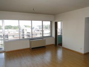 Appartement gelegen op de 5de verdieping van het gebouw, in het centrum van de stad.Via de inkomhal heeft men toegang tot de diverse kamers. Aan de vo