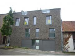 Nieuwbouw-duplex met 2 slaapkamers, terras, balkon en 2 autostaanplaatsen. Ligging Het appartement is gelegen op de tweede en derde verdieping in het