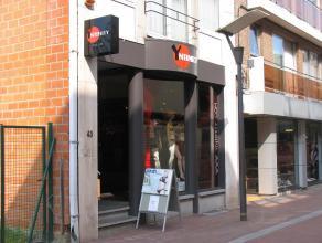 Gelijkvloerse winkelruimte met kelderruimte gelegen in Genk centrum.
