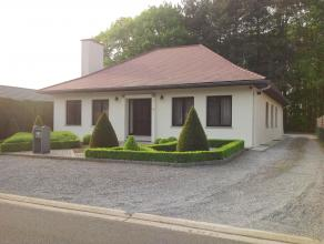 Bungalow-villa gelegen in een residentiële woonbuurt op een perceel van ca.7a20ca. Instapklaar en volledig onderkelderd.