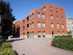 Ruim appartement (1e verdiep) met 3 slpks. en overdekt terras, incl. parking en kelderberging. Op wandelafstand van centrum. VK: 85 /mnd.