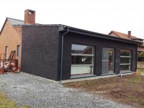 Gerenoveerde gelijkvloerse woning met 3 slaapkamers, zo goed als nieuwbouw met een perceel van 10a.