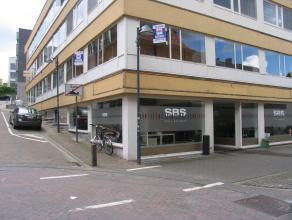 Ruim gelijkvloers handelspand/kantoorruimte (ca. 280 m²) gelegen op wandelafstand van het centrum.