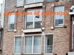 Pal in het centrum van Genk maar rustig op de tweede verdieping aan de achterzijde is dit knus appartementje van ca 44m² gelegen..  Indeling: