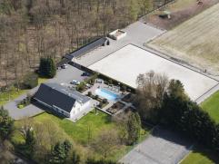 Mooi, rustig en bosrijk gelegen landhuis met zwembad, en volledig uitgerust voor paardenliefhebbers. Een mooie verharde bosweg begeleidt iedere bezoek