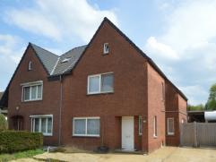 Deze gerenoveerde woning is zeer centraal gelegen nabij het gezellige centrum van Opglabbeek. Op een ruim perceel van maar liefst 1241 m² in de d