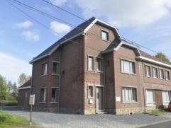 Deze gerenoveerde woning ligt landelijk in het gehuchtje Romershoven, dat toebehoort aan de gemeente Hoeselt.De woning biedt 2 verdiepingen en is in 2