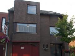 Mooi gerenoveerde woning met 3 slaapkamers, verschillende terrassen, tuin en garage. Centrale verwarming op aardgas. Isolerende beglazing in hardhoute