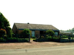 Vrijstaande woning met achtergelegen industriehal en bijhorende burelen.  Totale perceeloppervlakte : 45 are 54 ca.  WONING : bewoonbare oppervla