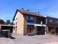 Zeer goed onderhouden half open gezinswoning in het centrum van het rustige Alt-Hoeselt. De indeling van de gezinswoning is als volgt:Rui