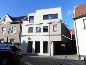 Recent appartement met 1 slaapkamer in centrum Stokkem.GELIJKVLOERS (plafondhoogte: 2,44m)- Inkom: (2,42m x 0,90m = 2,18 m²) ? tegelvloer.- Woonk