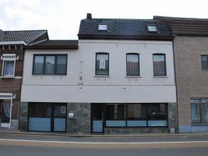 Deze mooie woning is gelegen in het centrum van As en beschikt over een gelijkvloerse handels- en/of kantoorruimte.Beschrijving:Gelijkvloerse handelsr