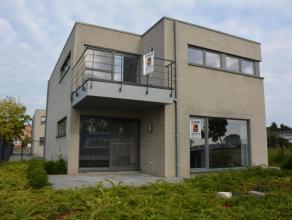 Dit nieuwbouwappartement is gelegen op de 1ste verdieping en beschikt over een ondergrondse garage, kelderberging en een private parking.Indeling: ink