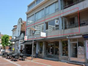 Volledig vernieuwd appartement met 3 slaapkamers.Indeling: inkomhal met vestiaire, leefruimte met balkon, keuken, drie slaapkamers, badkamer, berging