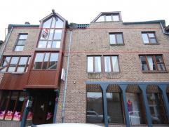 Appartement gelegen op de 2de verdieping (geen lift) vlakbij de Markt van Maaseik.INDELING- inkomhal / nachthal met rode tegelvloer- overdekt terras-