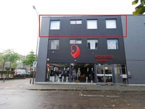 Zeer ruim appartement met 3 slaapkamers en terras in het centrum van Maaseik.Appartement gelegen op 2e verdieping (geen lift aanwezig)- Inkomhal met l