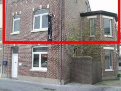 - Kleine, centrale inkomhal (gemeenschappelijk met het handelspand/kantoorpand op het gelijkvloers)- Houten trap naar de 1ste en 2de verdieping- Apart